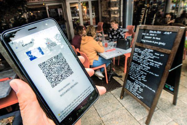 Après les musées, cinémas et espaces de loisir, ce sont les bars et les cafés qui doivent adopter le pass sanitaire à partir de lundi