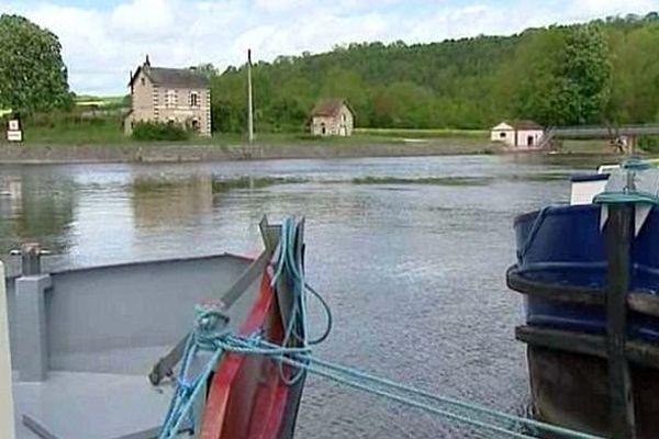 Depuis dimanche, la navigation est partiellement interrompue sur le canal du Nivernais en raison des crues.
