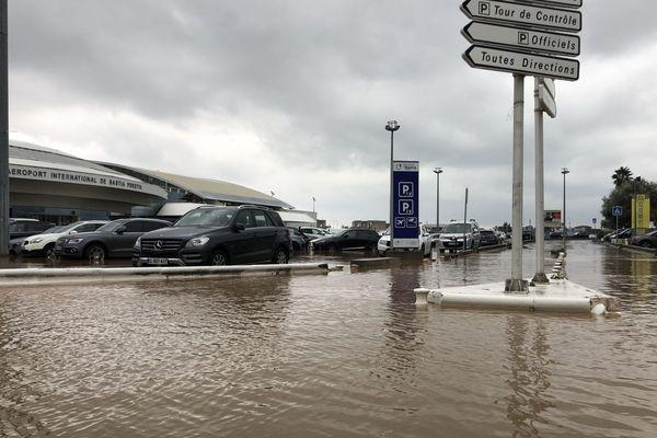 16/10/2018 - Fortes pluies à Lucciana (Haute-Corse), le parking de l'aéroport de Bastia-Poretta a été partiellement inondé.