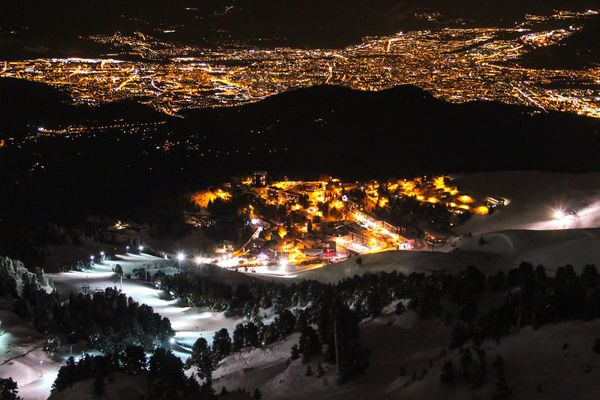 Plus d'un millier de skieurs ont participé à la descente aux flambeaux de Chamrousse (Isère).
