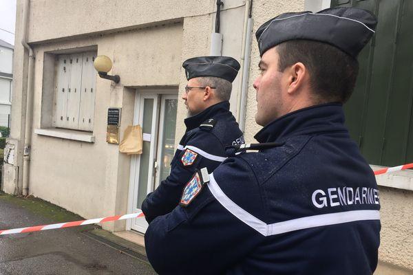 Les gendarmes devant le cabinet du médecin retrouvé mort à Nogent-le-Rotrou, le 1er février 2017.