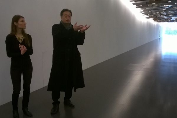 """Tadashi Kawamata, est l'un des artistes de cette nouvelle exposition. Son oeuvre monumentale, visible galerie 2, est une """"vague de déchets comme celle qui a déferlé après le tsunami au Japon en 2011."""""""
