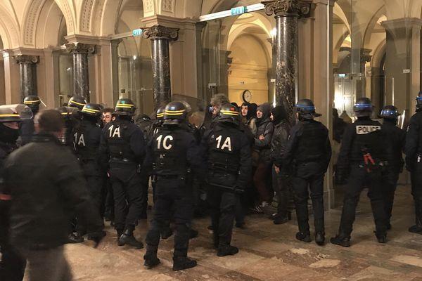Les étudiants ont été évacués par les forces de l'ordre à 20h15.