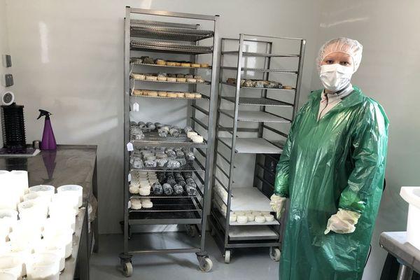 Chloé, dans l'atelier de fabrication des fromages