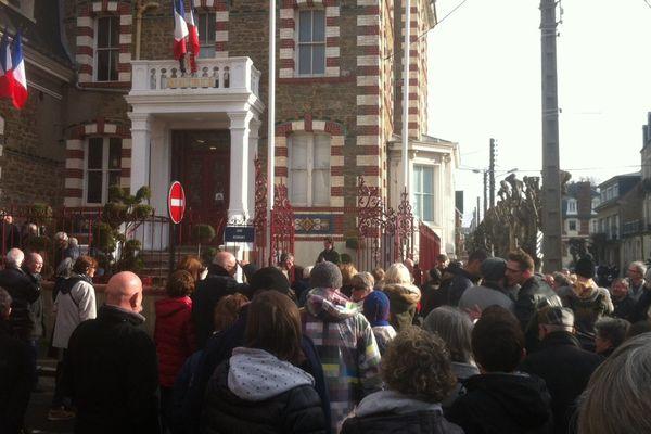 Plusieurs centaines de Dinardais s'étaient rassemblés devant la mairie pour manifester leur mécontentement sur la politique municipale