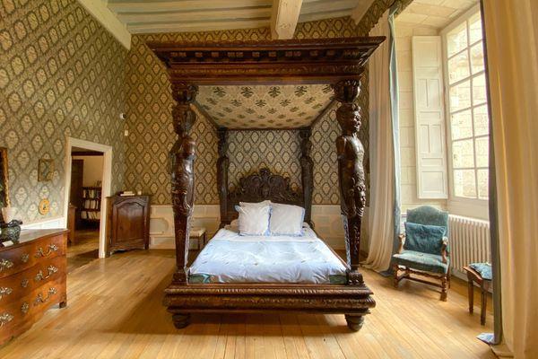 Le grand lit sculpté d'Henri III est réalisé en noyer noirci
