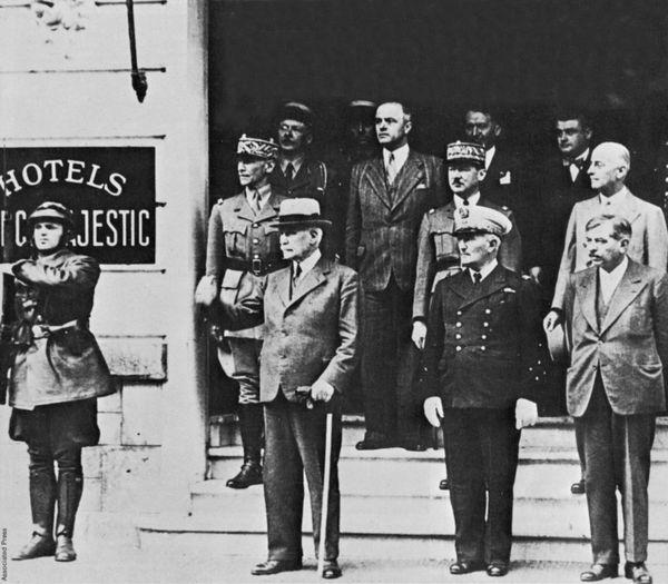 Le maréchal Philippe Pétain, l'amiral Darlan et Pierre Laval devant l'Hôtel du Parc à Vichy en 1943.