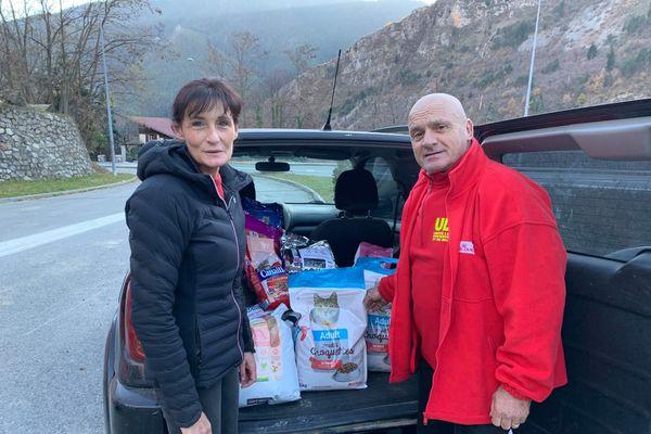 Patrick Villardy de l'association ULIS apporte de la nourriture pour les nombreux chats perdus depuis la tempête qui viennent chez cette habitante de Saint-Martin-Vésubie