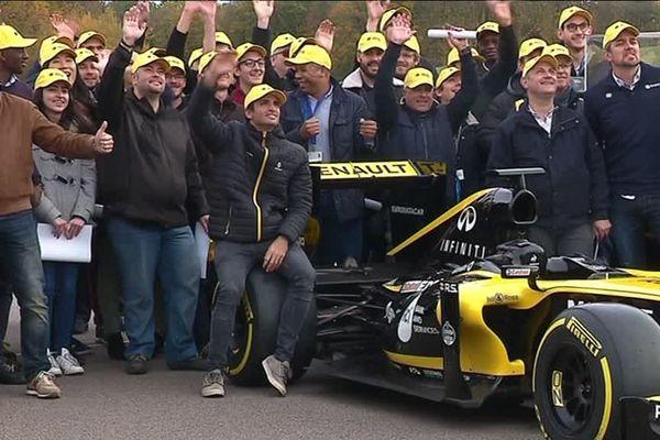 6 novembre 2018- Carlos Sainz Junior et les employés du centre technique Renault d'Aubevoye (Eure)