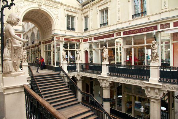 Dans le passage Pommeraye à Nantes, essentiels ou non essentiels, ouverts ou fermés, ce troisième confinement, même allégé, déstabilise les commerces.