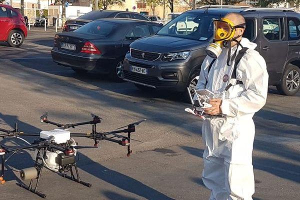 La ville de Cannes débute ce vendredi le nettoyage des rues par drone alors que le Haut Conseil de la santé publique (HSCP) recommande d'assurer le nettoyage habituel de la voirie sans avoir recours à des pratiques de désinfection spécifiques.