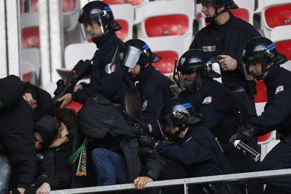 24 novembre 2013, des accrochages entre supporters et forces de l'ordre à Nice.