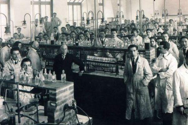 Dans le laboratoire des 36 ponts, qu'il financera en partie avec l'argent de son prix Nobel.