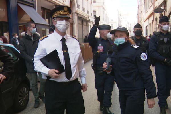 Le sous-préfet du Rhône, Jean-Daniel Montet-Jourdan dans les rues de Lyon contre les rassemblements devant les bars