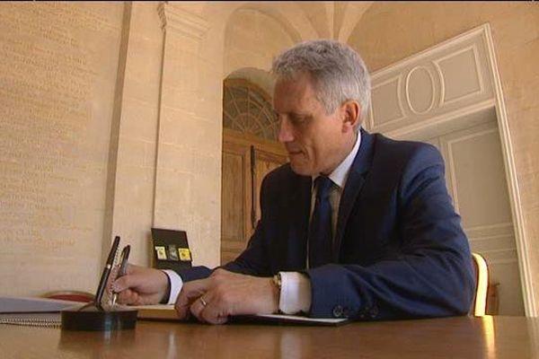 Joel Bruneau, maire LR de Caen signe le registre des condoléances ouvert ce matin en Mairie