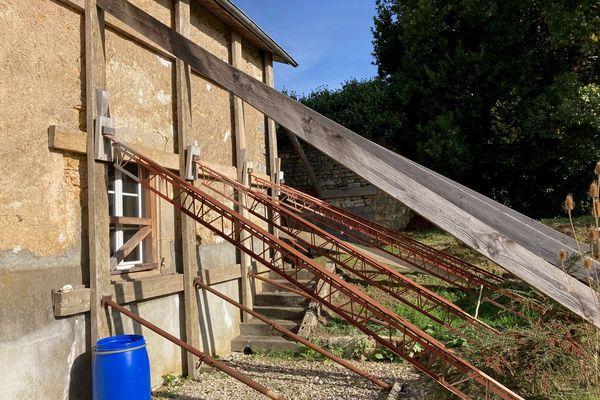 Le pignon fissuré d'une maison à Saint-Claud en Charente