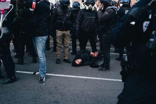 Depuis le début du mouvement des gilets jaunes, les affrontements avec les forces de l'ordre sont parfois violents.