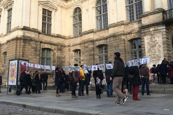 De nombreuses personnes se sont réunies devant le Parlement de Bretagne en soutien à Vincenzo Vecchi