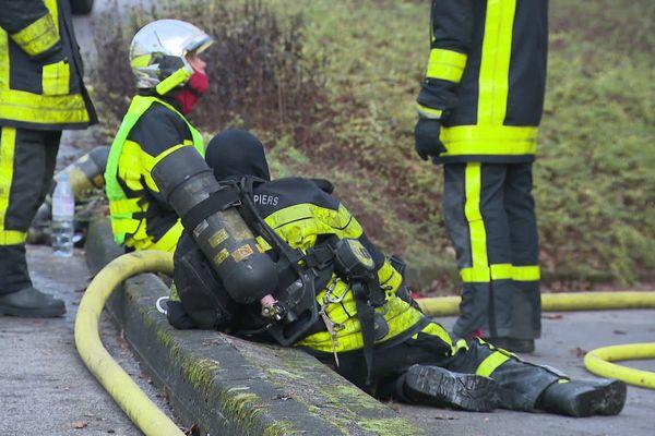Une lutte contre les fumées, le feu et une forte chaleur. Une intervention très difficile pour les pompiers de Besançon et leurs renforts.