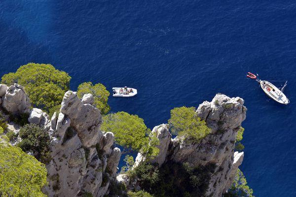 Les calanques, zone privilégiée de mouillage pour les loueurs de bateau de Marseille