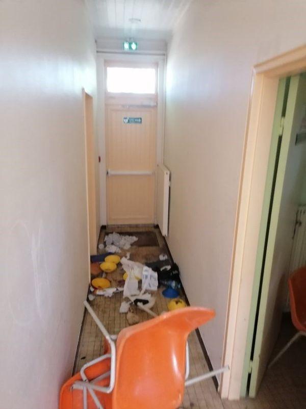 Les dégradations à l'intérieur des vestiaires sont importantes.