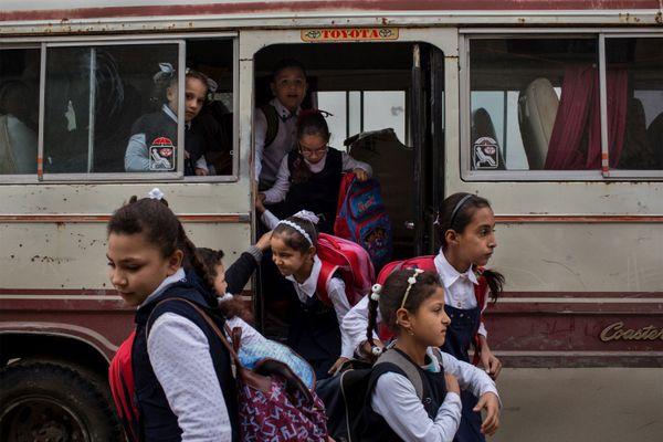 Ouest de Mossoul, Irak, novembre 2018. Des écolières arrivent dans une école récemment rouverte. Pour de nombreux étudiants, c'est la première fois qu'ils peuvent aller à l'école depuis des années.