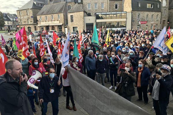 Plusieurs centaines de personnes étaient présentes devant la mairie de Guingamp, ce samedi 23 octobre.