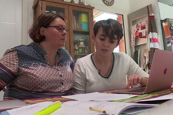 Emma est lycéenne au lycée Georges Pompidou de Castelnau-le-Lez, dans l'Hérault. Déscolarisée en raison de l'épidémie de coronavirus, elle révise de chez elle, en compagnie de sa maman.