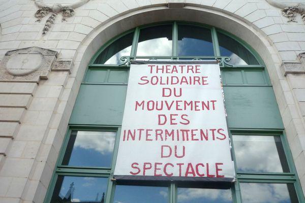 Une banderole a été déployée sur la façade du théâtre limougeaud