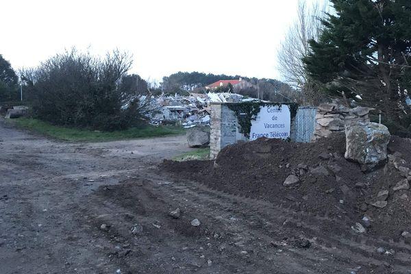L'ancienne colonie a été totalement rasée ce mardi matin 21 janvier 2020. Les engins de chantier étaient sur site dès 6heures
