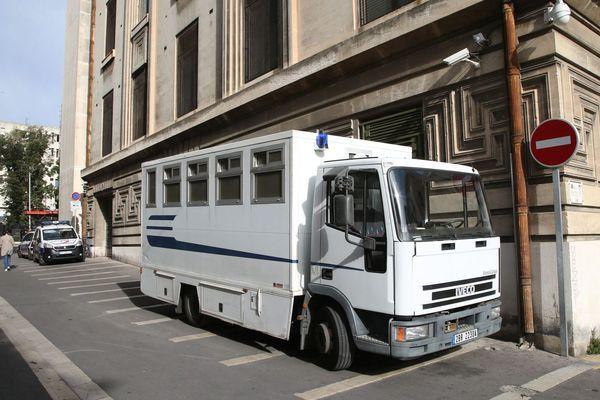Un fourgon de transport de détenus devant l'entrée de la souricière du palais de justice de Marseille (Bouches-du-Rhône).