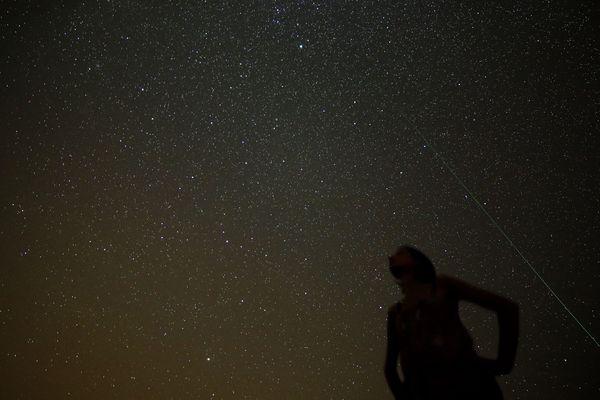 Cherchez au nord-est en direction la constellation de la Lyre et trouvez Véga, l'étoile la plus brillante de l'été.