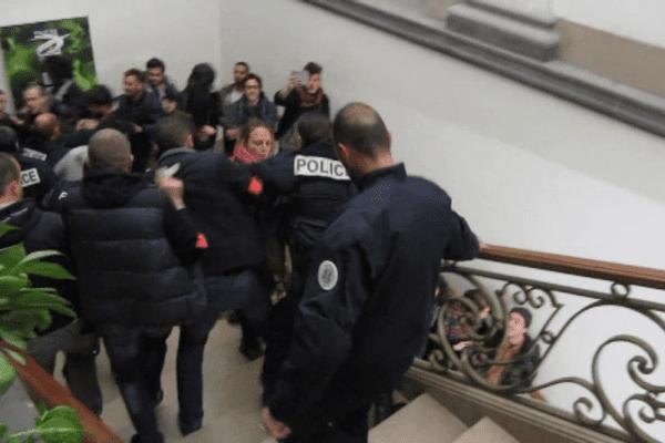 Vendredi Soir, le conseil municipal de Clermont-Ferrand a été fortement perturbé par une quinzaine de militants de Nuit Debout qui ont fini par être évacués par la force.
