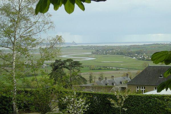 Après une matinée grise et humide dans la Manche, Avranches retrouvera progressivement des éclaircies et un temps plus sec.