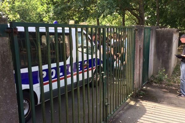 La police de Rennes a bloqué les accès au gymnase de Haut-Sancé, pour éviter que les migrants s'y installent