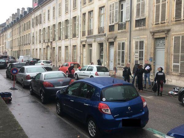 Véhicule touché et police scientifique Place Carrière.