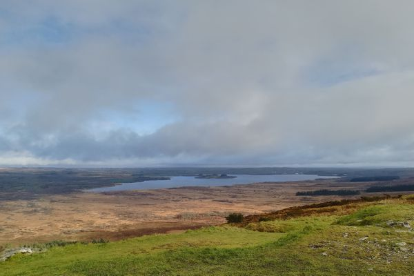 La vue sur le lac de Brennilis depuis le Mont Saint Michel de Brasparts