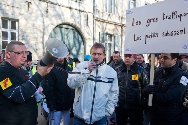 Les employés et la direction de Fraisnor, ensemble dans la rue, pour réclamer une aide financière.