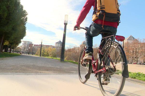 À Montpellier, de nombreux cyclistes sont frustrés de ne pas pouvoir aller au-delà de la limite d'un kilomètre.