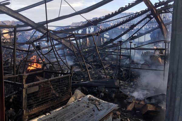 Le bâtiment de 1500 mètres carré de la société Keslo a été détruit par les flammes.