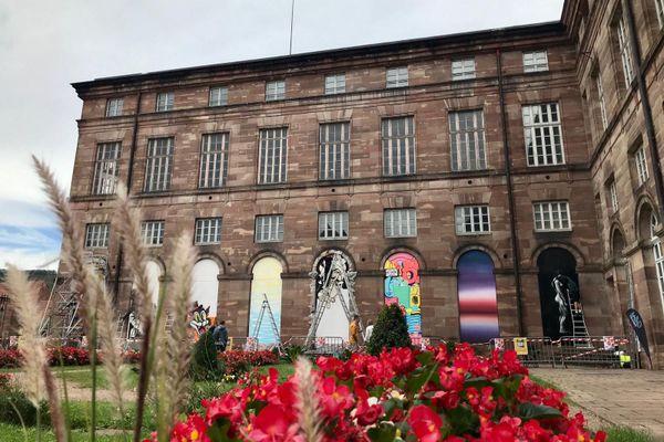 Huit fenêtres du château des Rohan accueillent des oeuvres d'art urbain.