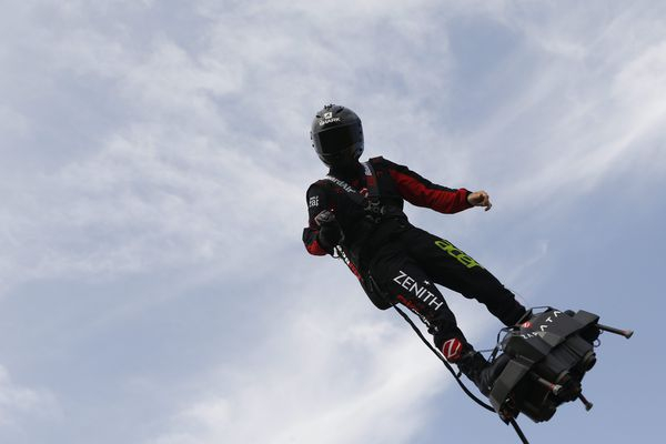 L'homme volant sur son Flyboard