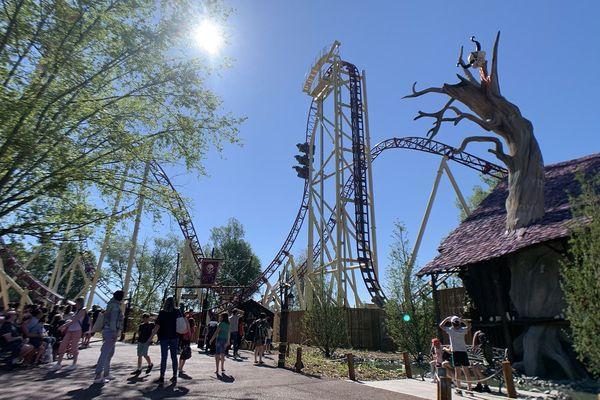 """""""Mystic"""" : une attraction unique en France avec sa montée à la verticale culminant à 31 mètres de haut."""
