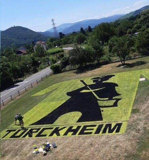 En jaune et noir, Turckheim se verra de loin.