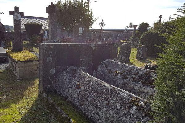 Deux tombes côte à côte, aux allures de sarcophage