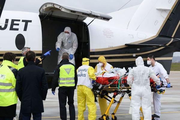 Un patient est transféré vers un hôpital de Bordeaux, le 14 mars 2021 à Orly. AFP/Jacques WITT
