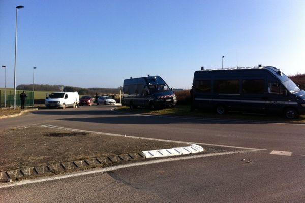 Les gendarmes mobiles contrôlent les accès.