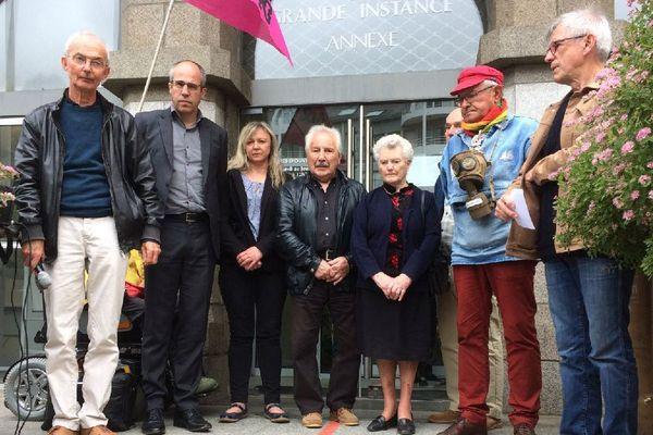 Les collectifs de soutien aux victimes des pesticides avec les parents de Thierry Morfoisse et la famille de Gwénaël Le Goffic
