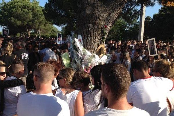Des fleurs et des pleurs pour les 5 jeunes sur le lieu de l'accident.