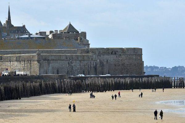 Les remparts de Saint-Malo vus de la plage du Sillon